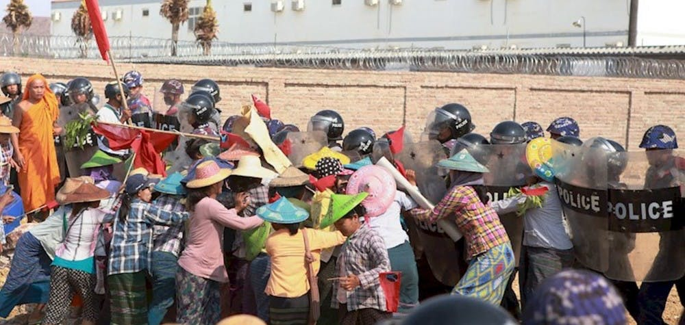 Villageois manifestant contre les mines