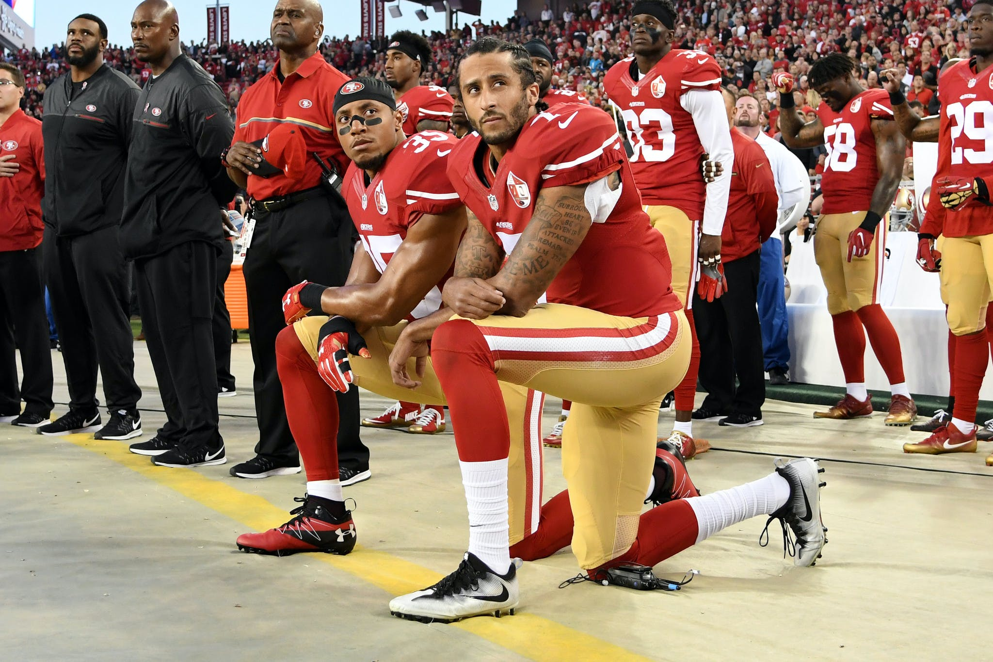 Colin Kaepernick et Eric Reid agenouillé lors de l'hymne nationale américaine