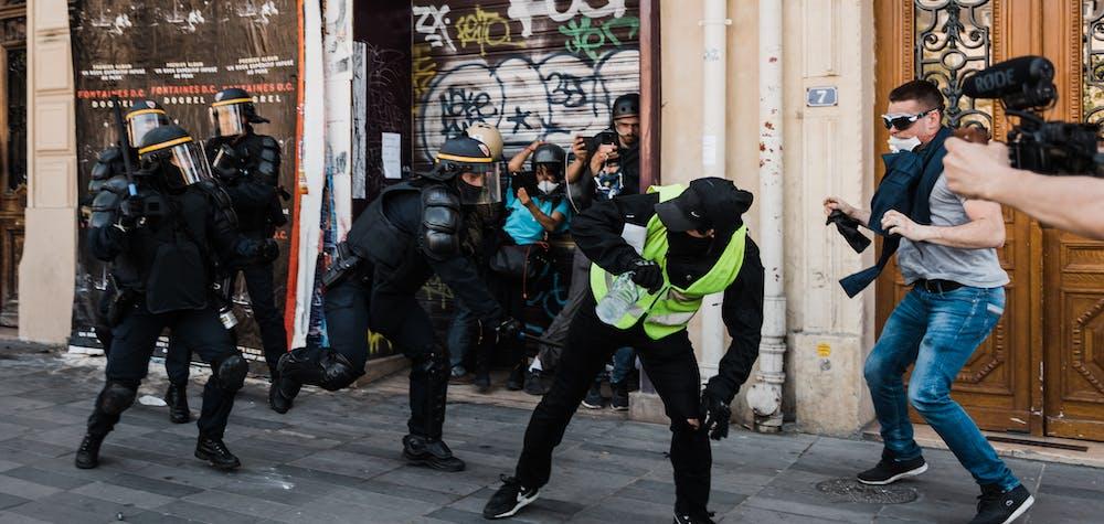 On the Place de la Republique, a member of the police force (CRS) hits a demonstrator with his baton. Yellow Vests Act 23 Demonstration. In Paris, numerous clashes broke out between demonstrators and the police. Paris, April 20, 2019. Sur la place de la Republique, un membre des forces de l ordre (CRS) frappe avec sa matraque un manifestant. Manifestation des Gilets Jaunes Acte 23. A Paris, de nombreux heurts ont eclate entre manifestants et forces de l ordre. Paris, 20 avril 2019.