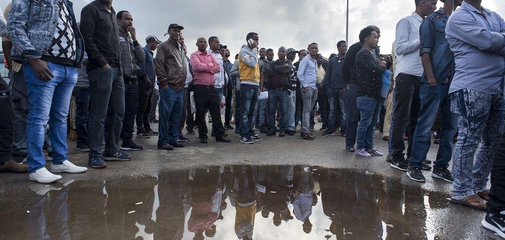 Des réfugiés soudanais et érythréens attendent pour renouveler leur visa temporaire devant un bâtiment du ministère de l'Intérieur, Bnei Brak au nord de Tel-Aviv