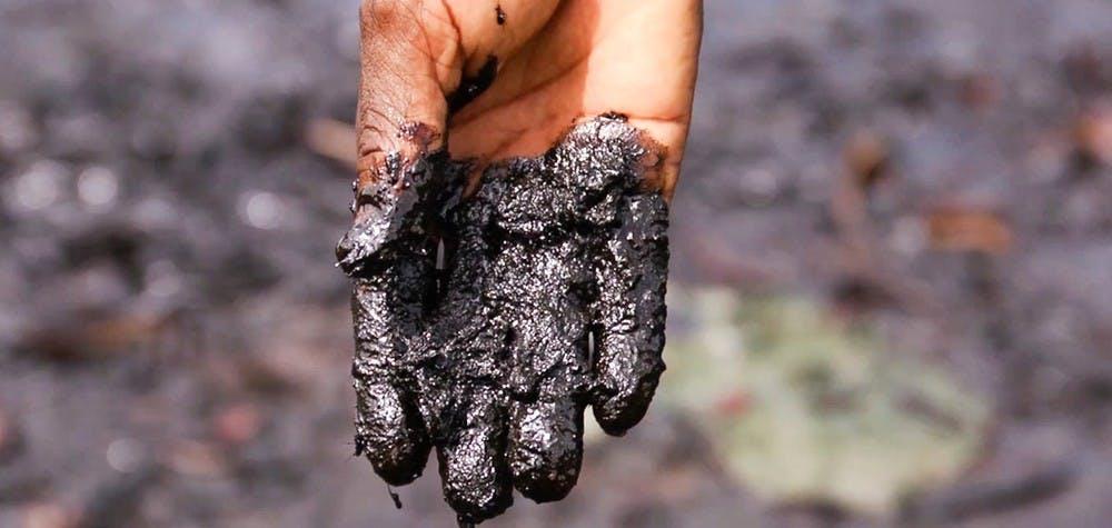 Main couverte de pétrole dans le delta du Niger