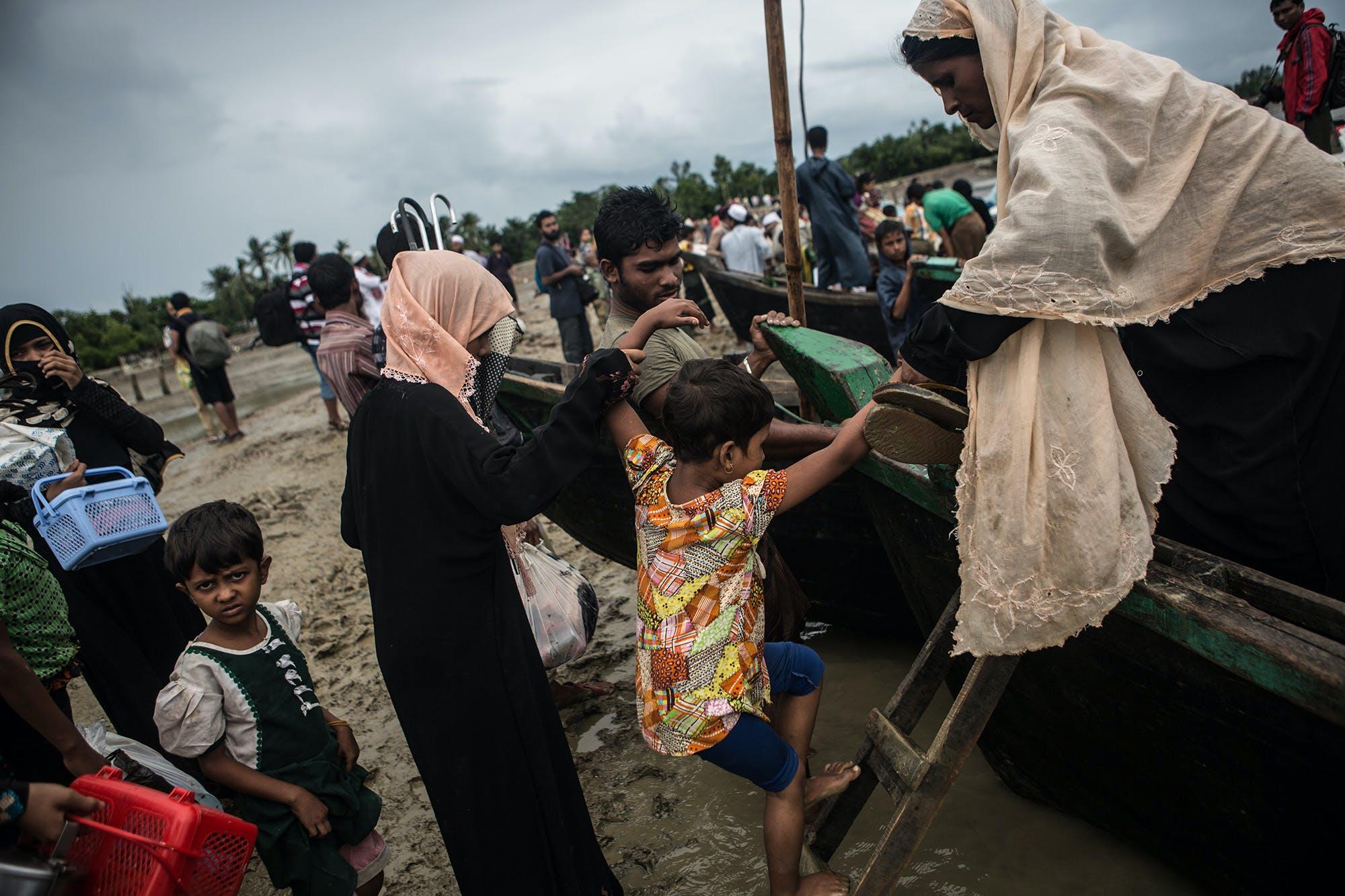 Des réfugiés rohingyas arrivent par bateau du Myanmar