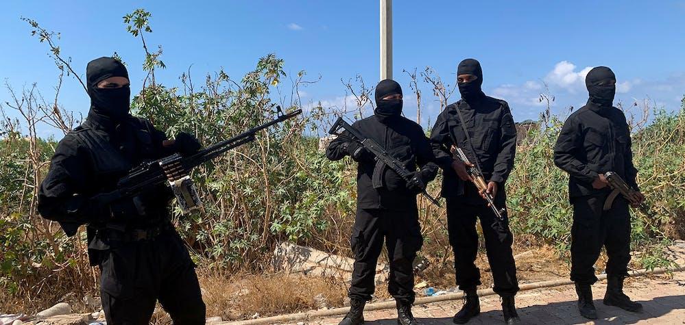 Les forces de sécurité montent la garde lors d'un déploiement de sécurité dans une rue de Tripoli