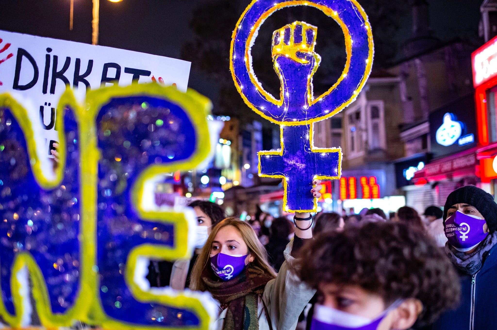 Une femme tient le signe du mouvement féministe lors d'une manifestation marquant la Journée internationale pour l'élimination de la violence à l'égard des femmes à Istanbul, le 25 novembre 2020.