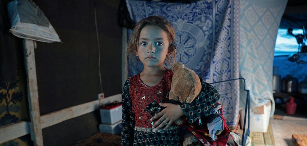 Rawan al-Aziz, une enfant déplacée syrienne de 6 ans, originaire de la campagne du sud d'Idlib, dans une tente du camp d'Atmeh.