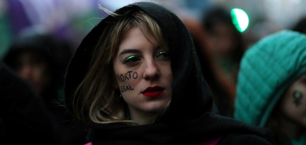 Une militante pro dépénalisation de l'avortement en Argentine le jour du vote au Sénat