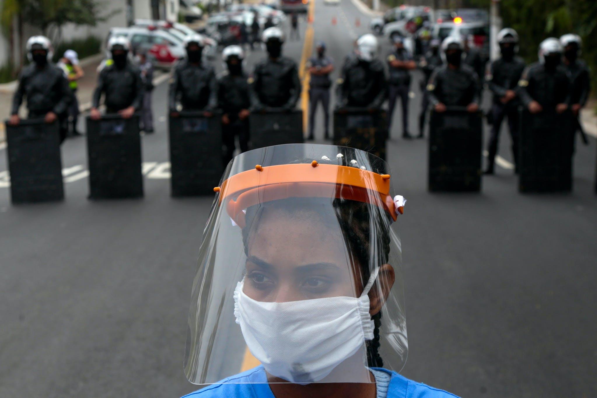 Une habitante de Paraisopolis, l'un des plus grands bidonvilles de la ville, participe à une manifestation à Sao Paulo, au Brésil, le 18 mai 2020, pour demander plus d'aide au gouvernement de l'État de Sao Paulo pendant la pandémie de coronavirus COVID-19.