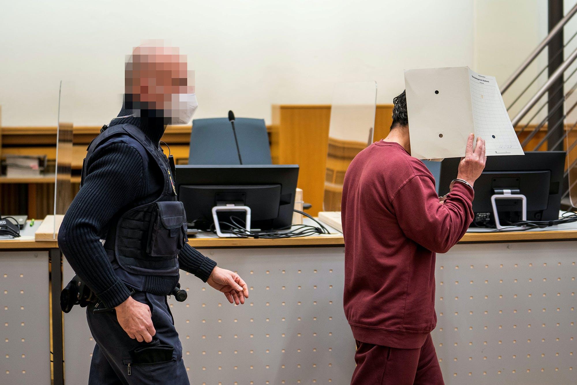 L'accusé syrien Eyad alGharib arrive pour entendre son verdict dans la salle du tribunal de Coblence, en Allemagne, le 24 février 2021