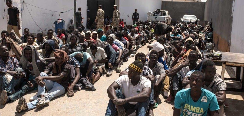 Des réfugiés regroupés dans un centre anti-immagration de la police, attendent leur transfert vers un centre de détention. Tripoli, Libye, 06/06/2016