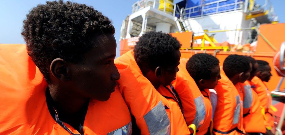 Des migrants sont sauvés par l'Aquarius lors d'une opération de sauvetage dans la mer Méditerranée.