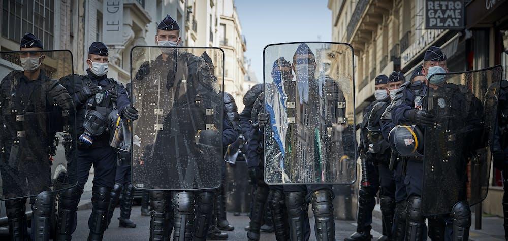 La police anti-émeute rench bloque une route lors d'une manifestation près de la place de la République, dans le cadre d'une journée de grèves dans toute la France appelée par sept syndicats français exigeant un nouveau règlement social après Covid-19 le 17 septembre 2020 à Paris,