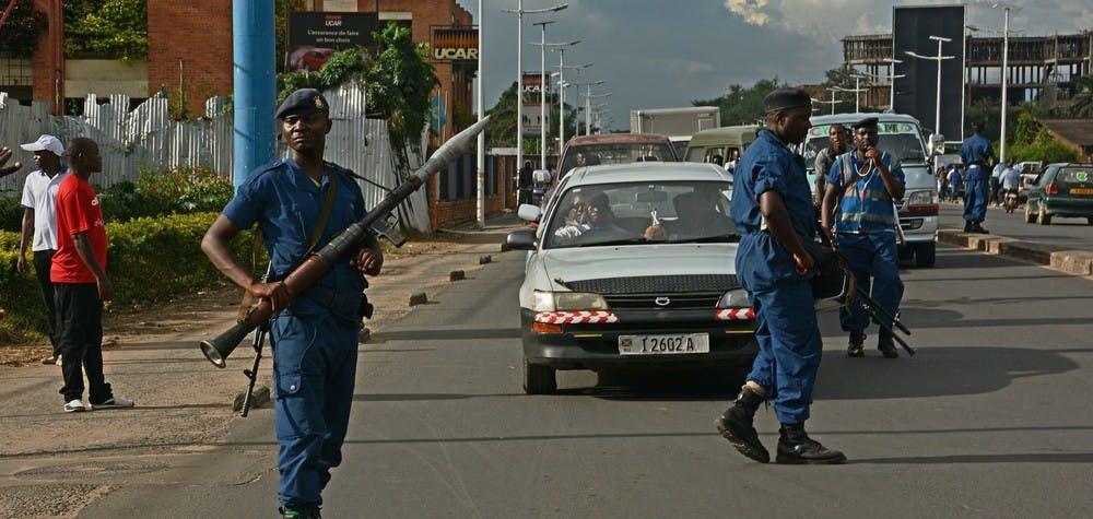 Policier lourdement armé au Burundi