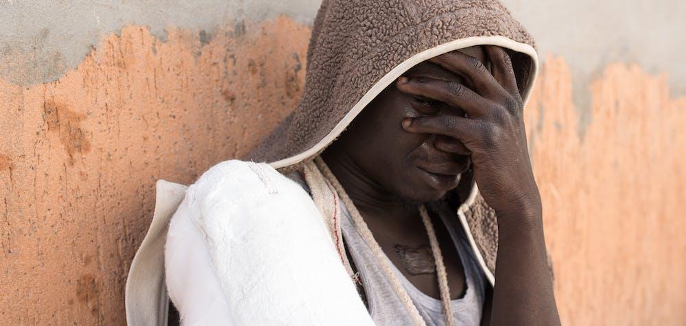 Un réfugié pleure après avoir été capturé par la police anti-immigration à bord d'un bateau à destination de l'Italie. Tripoli, Libye. 6 juin 2016.