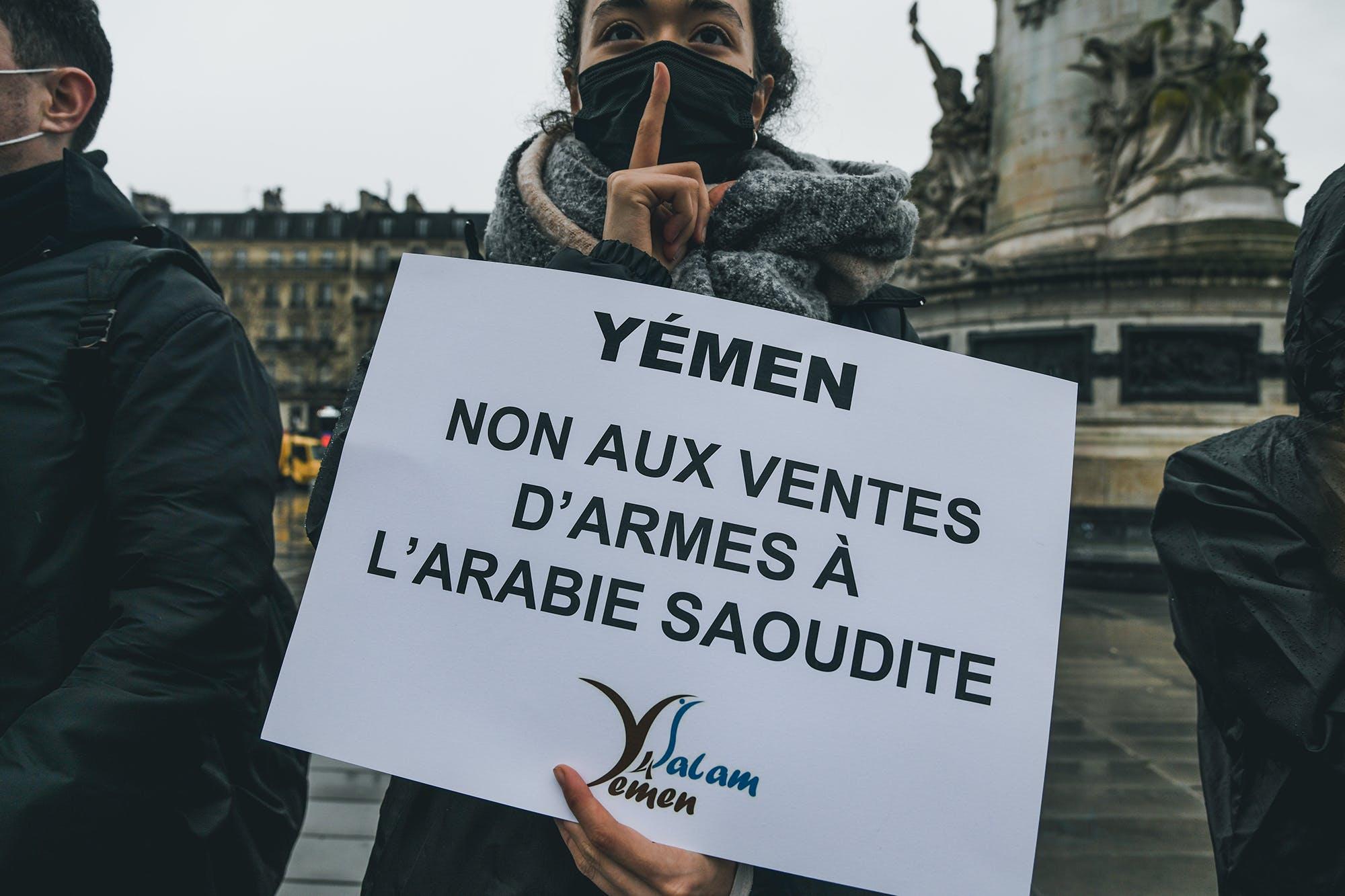 Mobilisation de nos militants sur la place de la République à Paris pour dénoncer les ventes d'armes illégales de la France