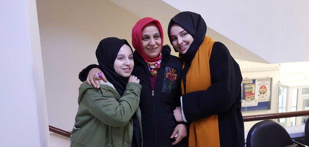 L'épouse et les filles de Taner Kılıç © AI