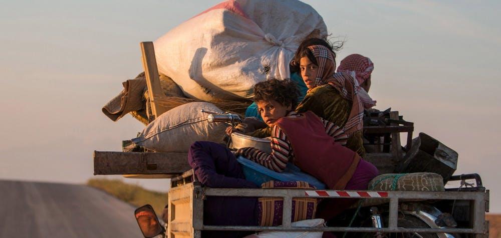 Syrie : des résidents rentrent dans leur village sur un camion pickup