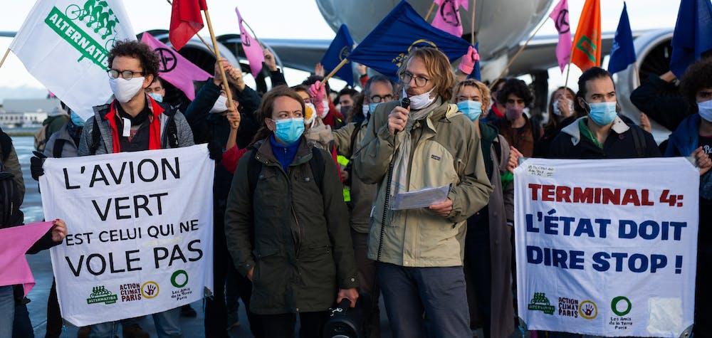 Action militante écologique contre la construction d'un quatrième terminal à l'aéroport Charles de Gaulle