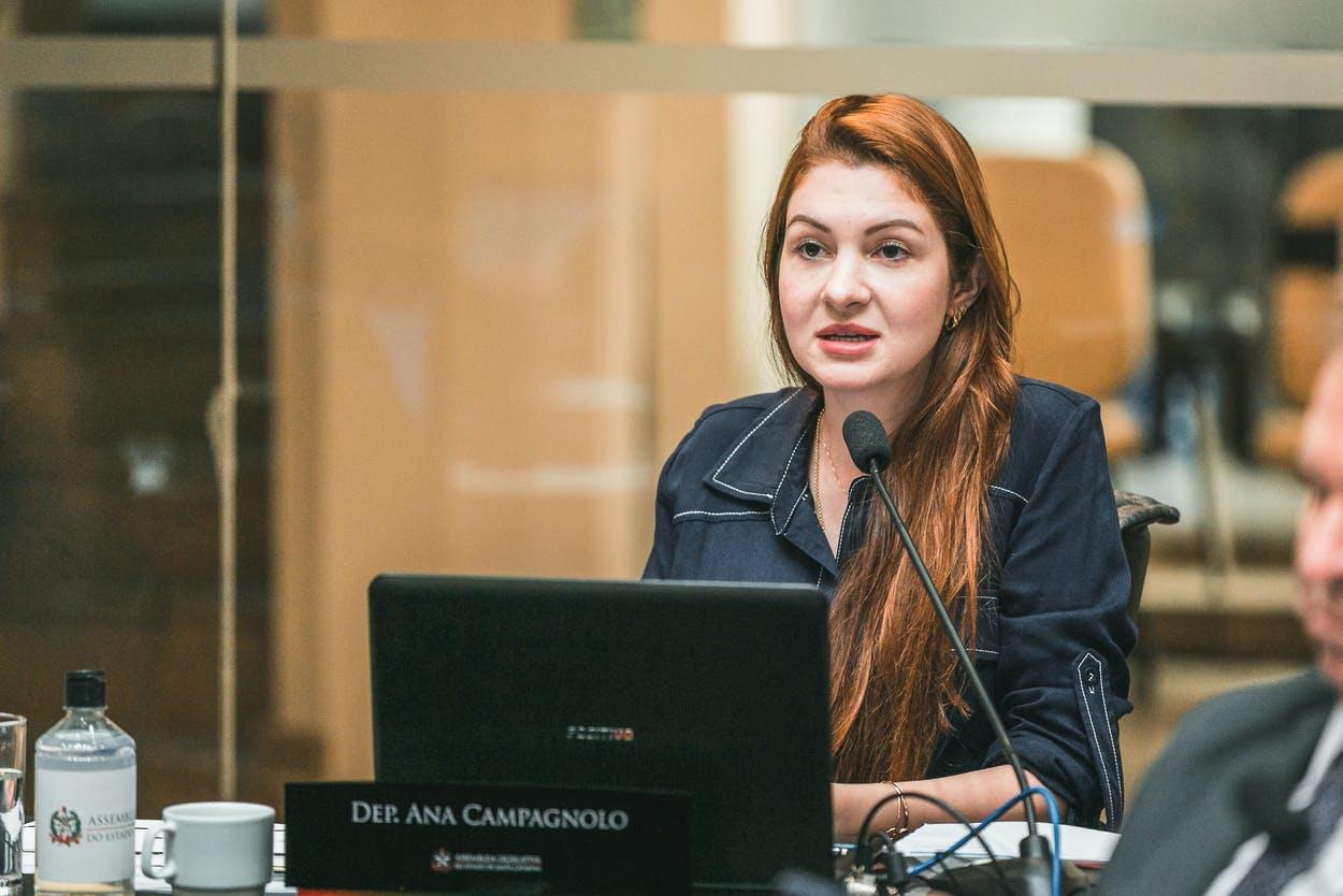 Deputada Campagnolo durante sessão na ALESC