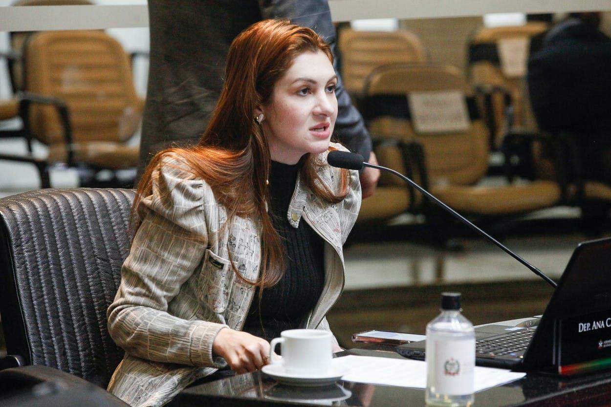 Deputada Ana Campagnolo durante o pronunciamento
