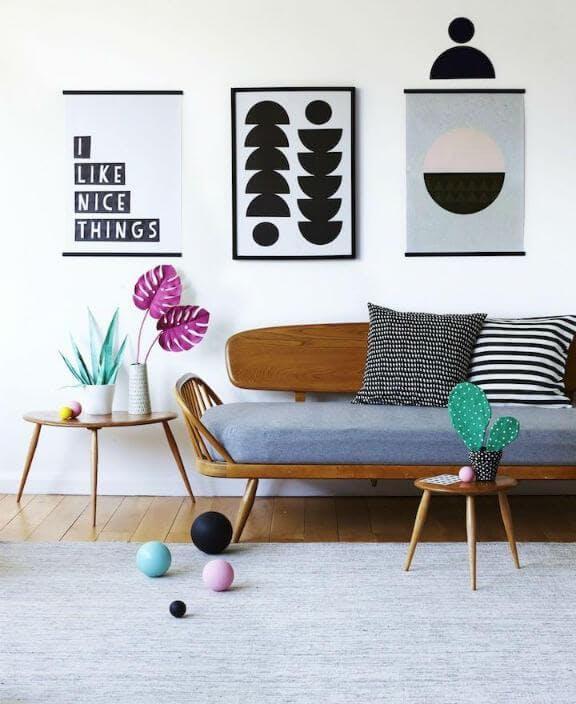 Vista de salón decorado con colores vivos