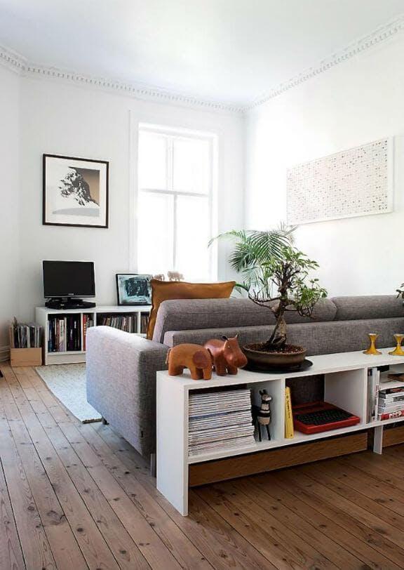 Salon con mueble detrás del sofa