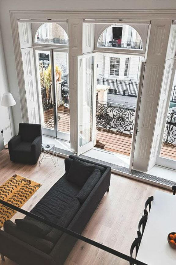 vista de salón con el sofa al lado de ventana