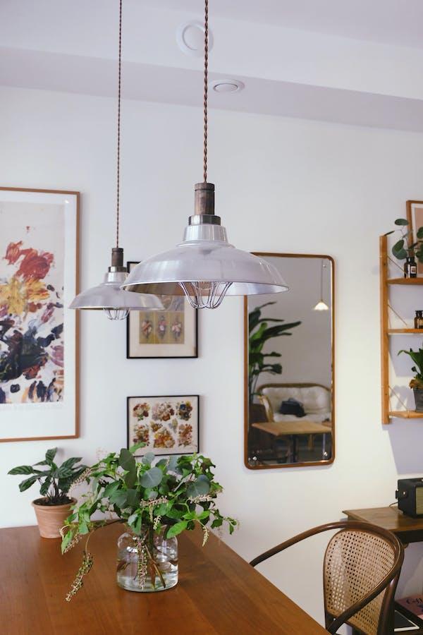 comedor con lámparas colgantes de estilo industrial