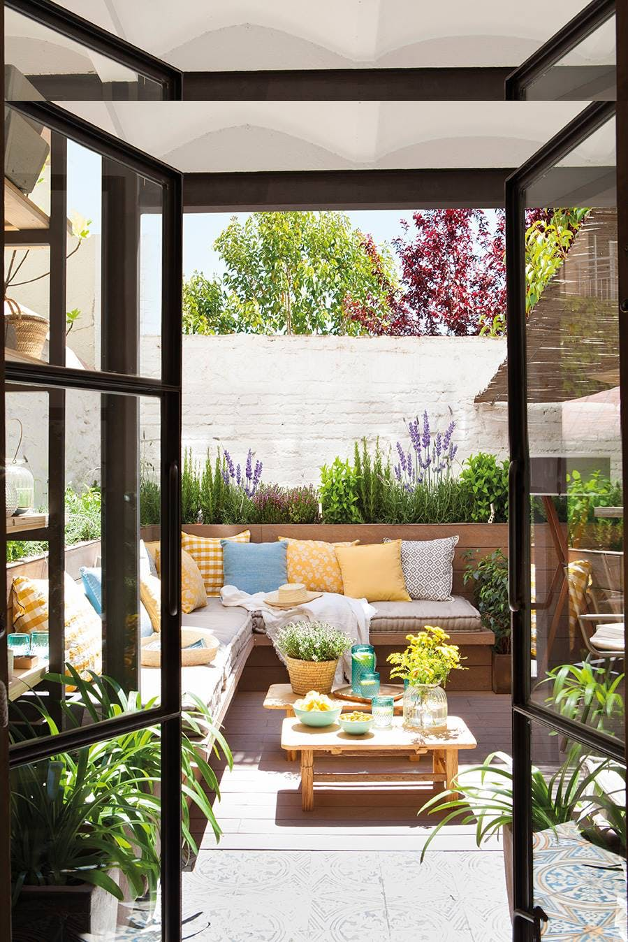 Terraza con banqueta y jardineras