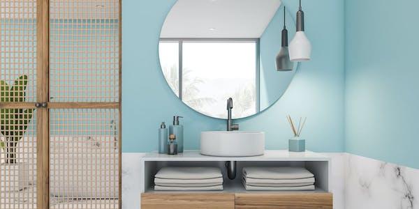 Baño con mármol y pintura azul