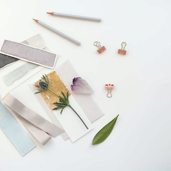 Trozos de papel y tela