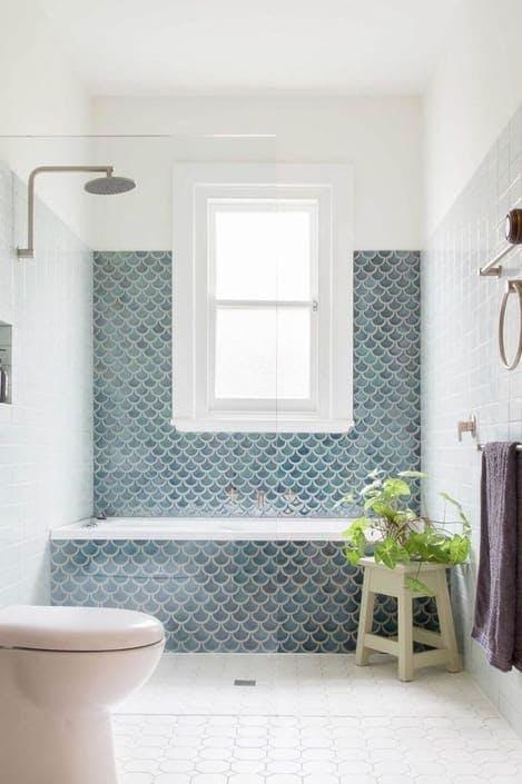 Baño con azulejo mermaid azules