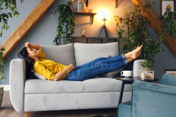 chica tumbada en el sofá