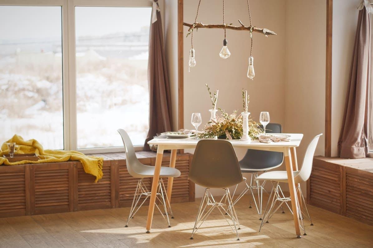 comedor natural en tonos beige con lámpara colgan