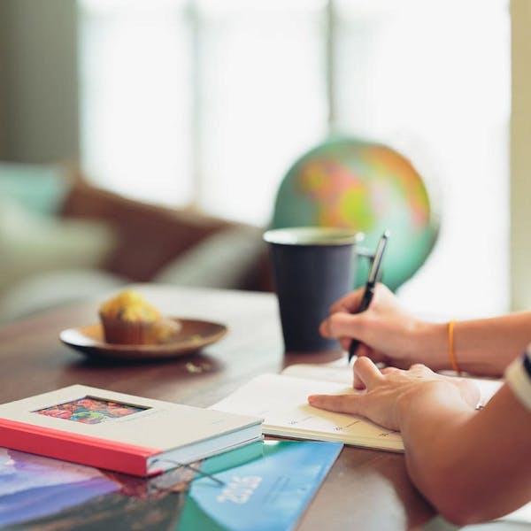 Escribiendo en un escritorio