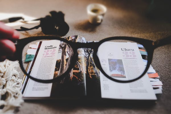gafas de vista sobre una revista