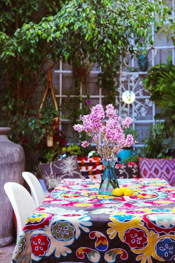 Comedor exterior con mantel de colores