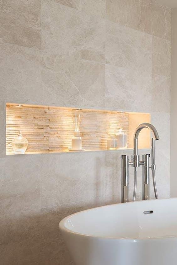 Baño con hornacina iluminada