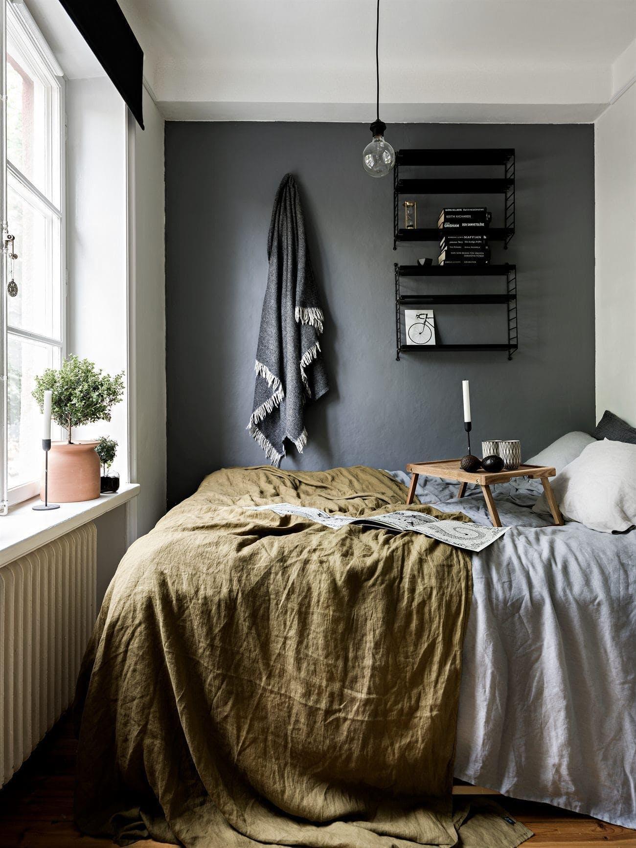 dormitorio con una pared oscura