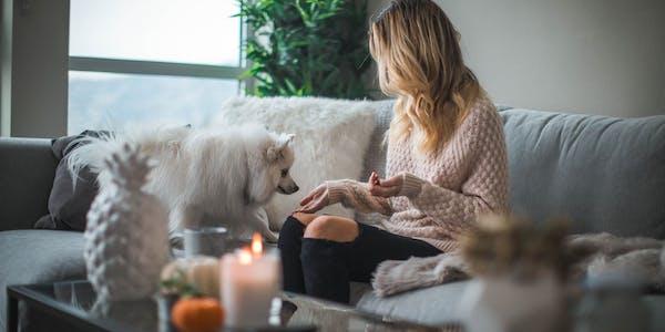chica en el sofá con su perro