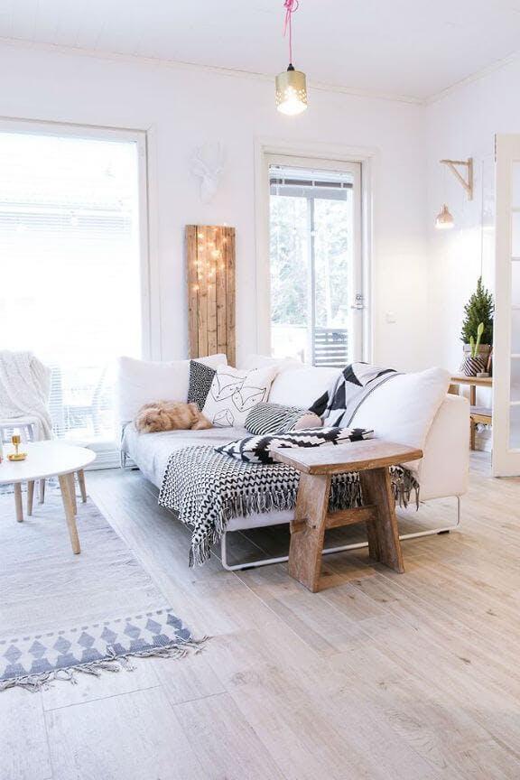 Vista de salón con el sofa no pegado a la pared