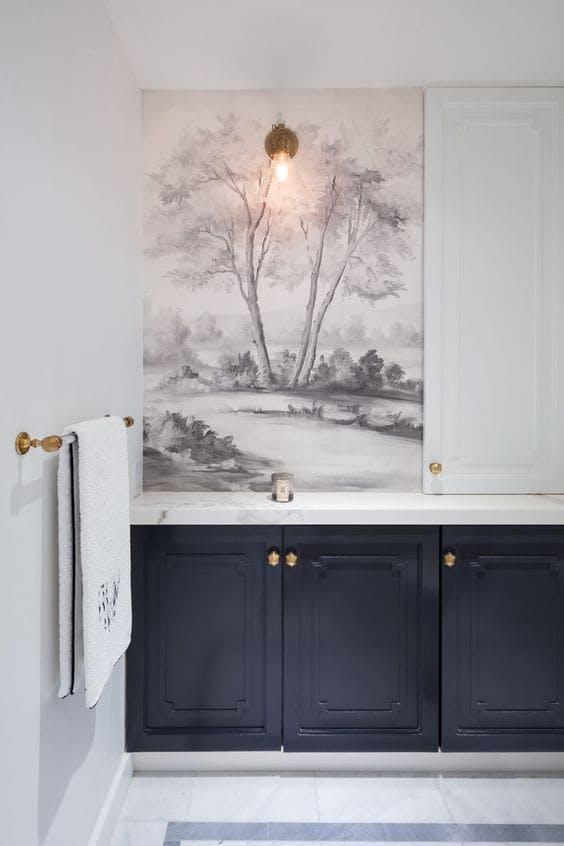 Baño en blanco con papel pintado y mueble oscuro