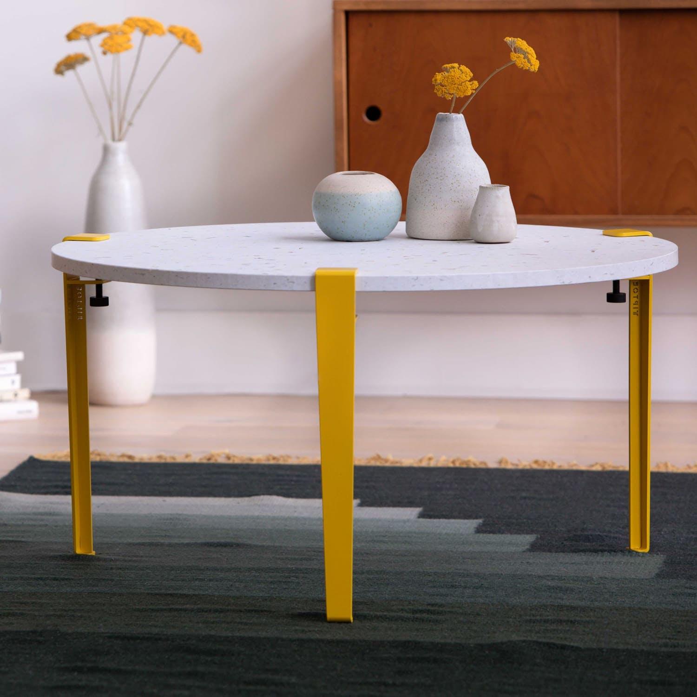 mesa baja con patas amarillas