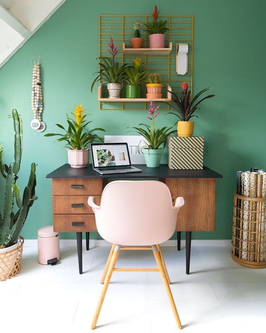 home office con pared verde