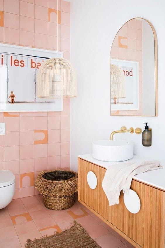 Baño retro en rosa y blanco con lámpara colgante