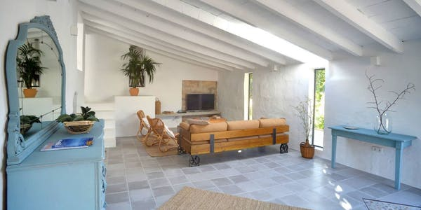 Interior de la casa con mucha luz natural