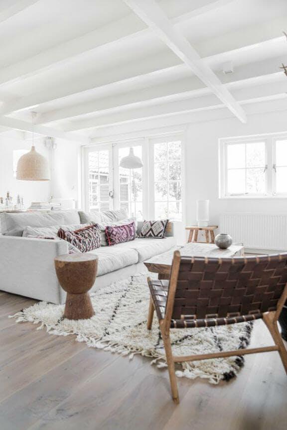Salon con alfombra delimitando