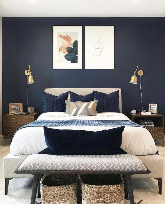 dormitorio con pared azul navy
