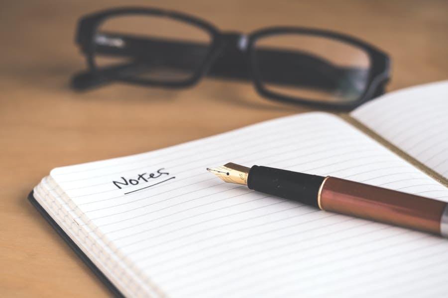 Cuaderno de notas con gafas