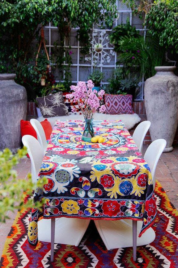 messa de exteriores con mantel y alfombra étnica