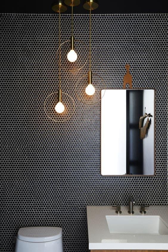 Baño en negro con lámpara colgante